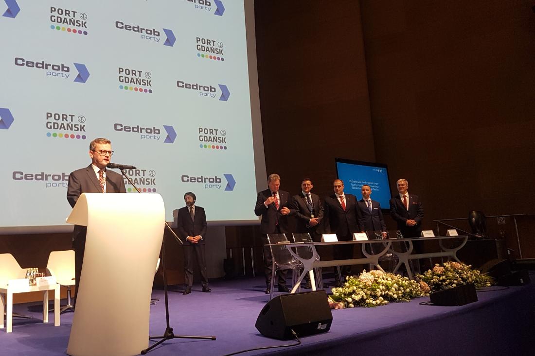 Kongres 590, podpisanie umowy pomiędzy Cedrob Porty a Port Gdańsk o współpracy i wybudowaniu przez Cedrob mroźni o wartości 100 mln.